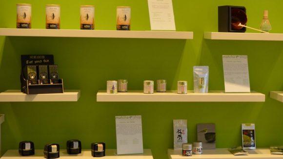 Auswahl an Matcha-Teeprodukten im Matchashop in Prenzlauer Berg.