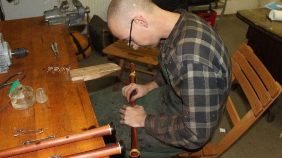 Matthias Branschke von der Dudelsackmanufaktur in Weißensee setzt die Bestandteile der Pfeifen für einen Dudelsack zusammen.