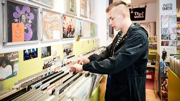 Mauli im Plattenladen sucht Vinyls durch