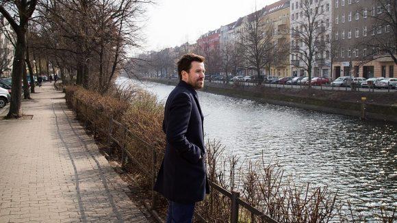 Max Wittrock von Mymuesli erfreut sich an einem sonnigen Vormittag im März am Landwehrkanal vor der Berliner Niederlassung des Start-ups.