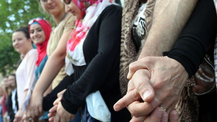 So sah eine Menschenkette gegen antisemitische Hetze aus, die im Jahr 2014 vor dem Rathaus Neukölln gebildet wurde.