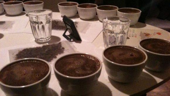 Hier haben die Mercanta Coffee Hunters den Tisch zum Coffee Cupping vorbereitet.