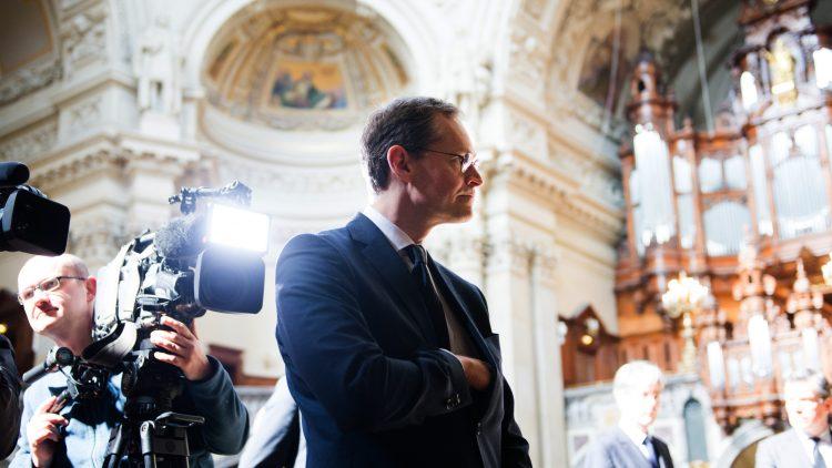 Berlins Regierender Bürgermeister Michael Müller ist dieser Tage besonders oft in Gotteshäusern unterwegs. Heute will er beim Besuch einer Synagoge und einer Moschee für Offenheit und Toleranz werben. Am Mittwoch begab er sich zum Kondolenzbesuch anlässlich der abgestürzten German-Wings-Maschine in den Berliner Dom.