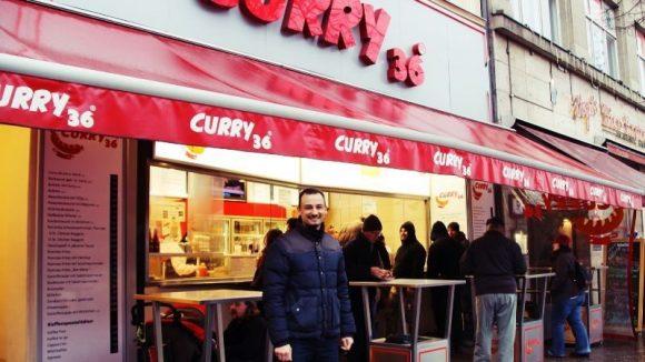 Mirko Großmann vor der Curry 36-Filiale am Mehringdamm.