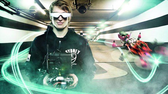 """Coole Racing-Action: Beim neuesten Trend """"First Person View Racing"""" in der Copter-Szene erlebt der Zuschauer via Videobrille das Rennen der Profis wie ein Pilot aus dem Cockpit. Ausprobieren und Mitmachen auf der ILA 2016 ausdrücklich erwünscht."""