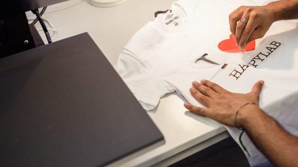 Mit einem Vinylplotter kannst du hier zum Beispiel auch T-Shirts bedrucken. ©Happylab