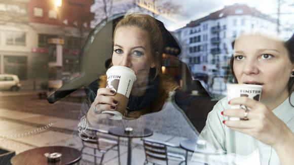 Charlotte Würdig hält sich wahlweise mit Kaffee oder Red Bull Sugarfree wach.