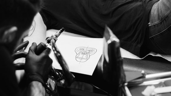 Tattoomotiv: Affenkopf von Mo Ganji. (c) Kerem Bakir