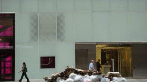 Müllberge vor Designerstore. Keine Seltenheit auf den Straßen Manhattans.