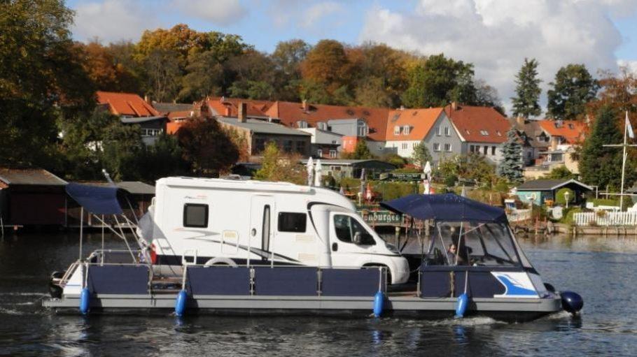 Unterwegs auf dem Wasser, aber im eigenen Wohnmobil: Water-Camping in der Müritz.