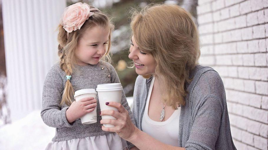 Macht alle glücklich: ein Babyccino für den Nachwuchs, ein Cappuccino für die Mama.