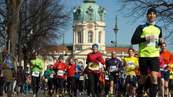 Nach knapp 9 km passieren die Jogger des Berliner Halbmarathons das Schloss Charlottenburg.