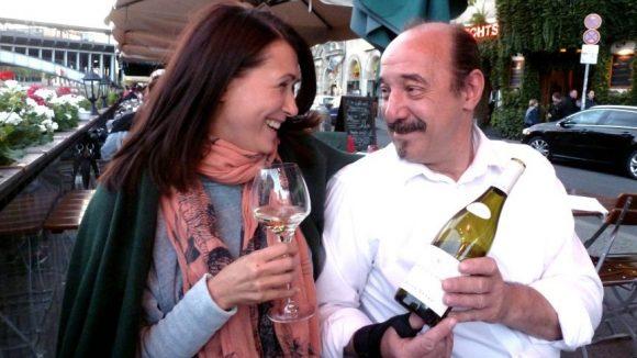 Claudia Mehnert scherzt mit Yannick, dem Kellner der Bar de Vin (Ganymed) am Schiffbauerdamm
