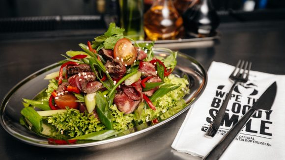"""Neben Atmosphäre und Burger gibt es bei """"The Butcher"""" auch diesen Salat. ©Promo The Butcher Berlin"""