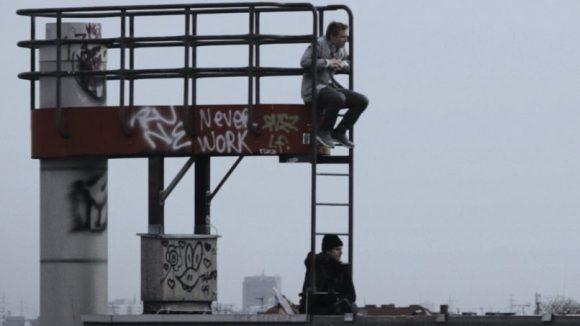 """""""Himmel über Berlin"""" reloaded? Diese Szene aus """"Neukölln Wind"""" mit Max Kidd (oben) und Bjoern Radler (unten) erinnert natürlich an Wim Wenders' berühmten Berlin-Film."""