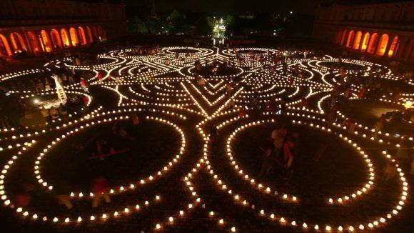Nichts als Licht weist den Weg durch das Theater-Labyrinth. ©Theater Anu