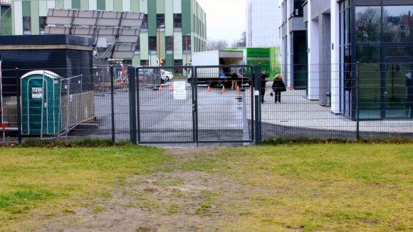 Nur für Mitarbeiter: Tor zum Park. (c)Ulf Schumann