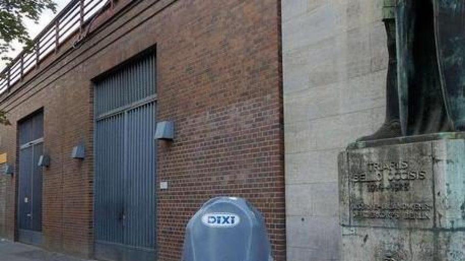 Eine sehr öffentliche Toilette. In der Jebensstraße am Bahnhof Zoo gibt es jetzt dieses Urinal zwischen dem Kriegerdenkmal (r.) und der Bahnhofsmission (links im Hintergrund).