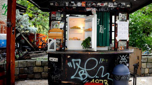 Ein öffentlicher Kühlschrank steht in der Wilhelmstraße in Berlin vor dem Tommy-Weissbecker-Haus. Nun könnte er aus Hygienegründen abgeschafft werden.