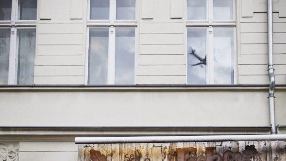 """Pankows älteste Kneipe, die """"Eiche"""" an der Wollankstraße: Flugzeugbeobachtung inklusive."""