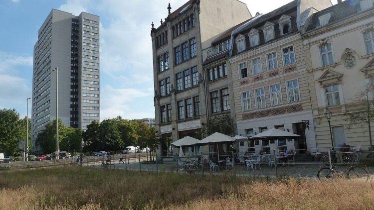Neben dem Hochzeitshaus und dem netten Café am Petriplatz, dort wo jetzt noch eine Brachfläche ist, soll bald das Archäologische Zentrum entstehen.