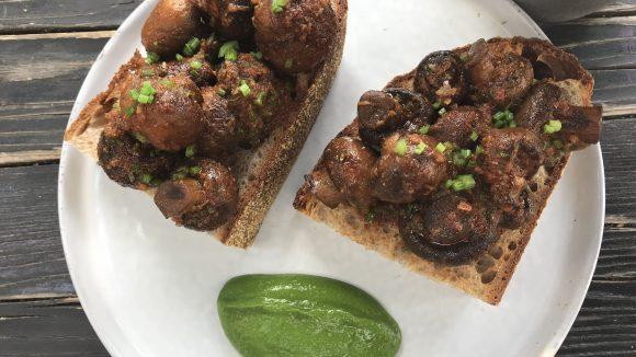 Eine vegane Option im seit April geöffneten Café Annelies ist der Pilz-Toast mit Sauerteigbrot und Petersilienpüree.