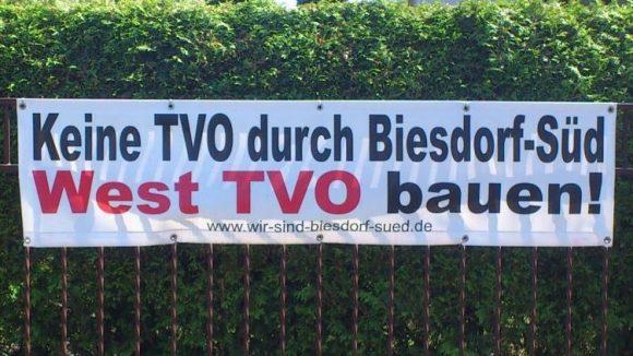 Spaziergänger in Biesdorf-Süd stoßen derzeit immer wieder auf Protestplakate. Die werden wohl noch hängen bleiben, bis klar ist, ob bald eine vierspurige Straße durch ihr Wohngebiet verläuft.