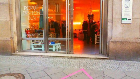 Pop-up über Pop-up in Berlin. In der Brunnenstraße kommt man am POPUP FASHION BERLIN kaum vorbei, ohne einen (neu)gierigen Blick in den mit Liebe eingerichteten Laden zu werfen.