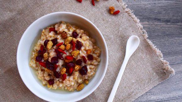 Vegan und lecker - das Porridge aus dem Haferkater verspricht einen perfekten Start in den Tag.