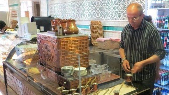 """Inhaber Enver Akkus braut in seinem """"Café Peri"""" köstlichen Sand-Mokka. Auch viele weitere anatolische Spezialitäten können dort probiert werden. Nur eine der Empfehlungen in der Broschüre """"Geheimtipps Potsdamer Straße""""."""