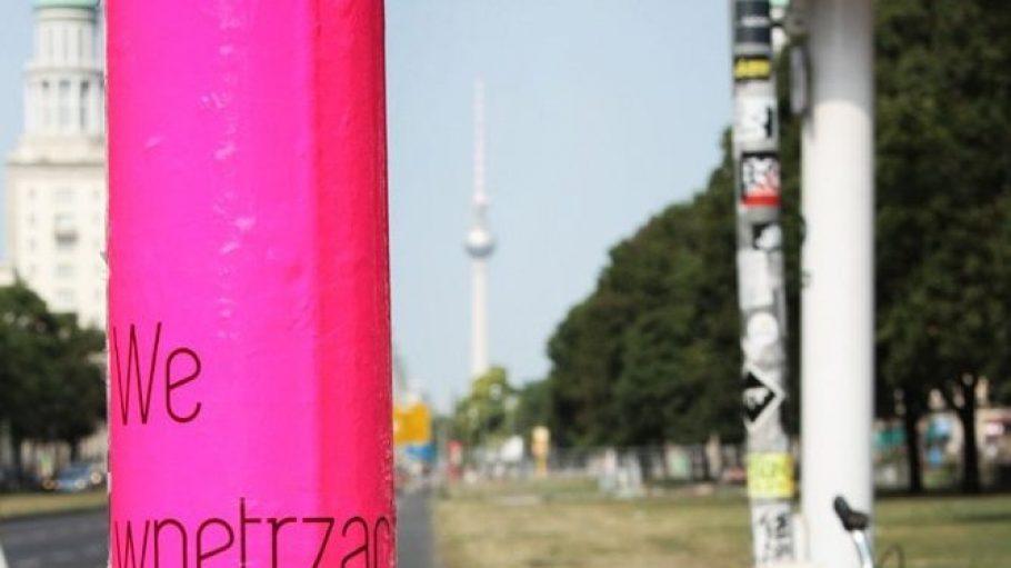 Solche pinken Schildermasten kannst du gerade in neun Friedrichshainer Straßen entdecken.
