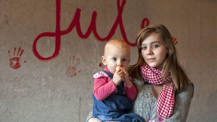 """Wohnung, Rat und Hilfe für Single-Eltern in Marzahn: Eine der Teilnehmerinnen des Projekts """"Jule"""" mit ihrem Kind."""