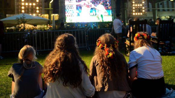 Public Viewing liegt im Trend: Vier Mädchen verfolgen unter freiem Himmel ein Spiel der deutschen Nationalmannschaft.