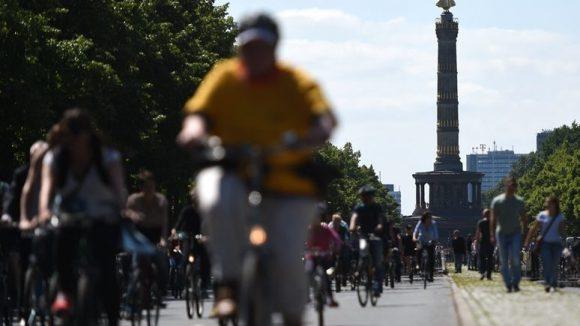 Die Straße des 17. Juni soll künftig an jedem Sommerwochenende, so der Vorschlag des BUND Landesverbands Berlin, Radfahrern und Fußgängern gehören.