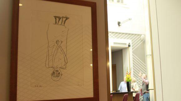 Für neugierige Gäste werden die Werke von Baselitz extra erklärt.