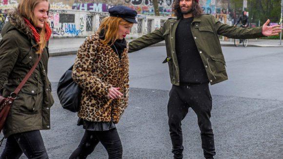 René leitet uns wie ein wahrer Gentleman über die Straßen im Kungerkiez. ©QIEZ