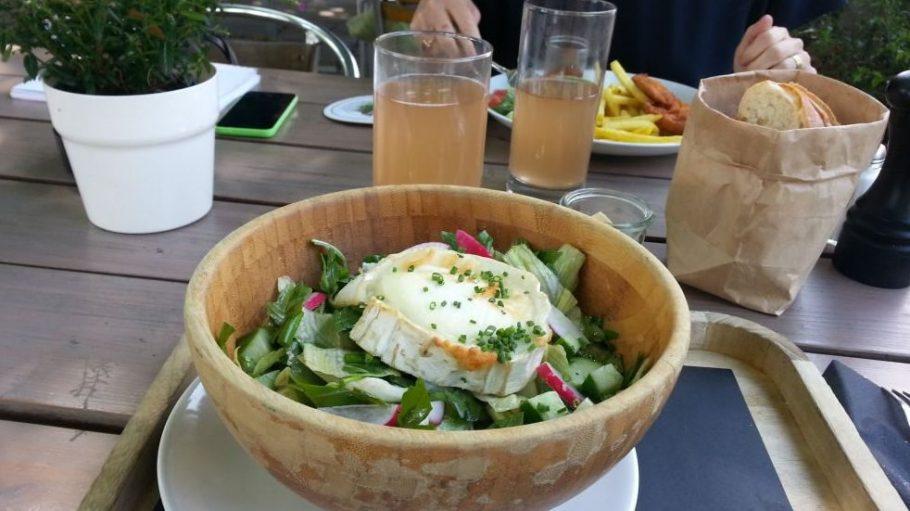 Von der Tageskarte: sommerliche Blattsalate mit Ziegenkäse (für 12,50 Euro).