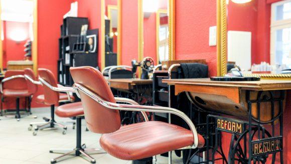 Retro-Flair und Nähmaschinen als Tische gibt es im Friseur Zimatre. ©Friseur Zimatre