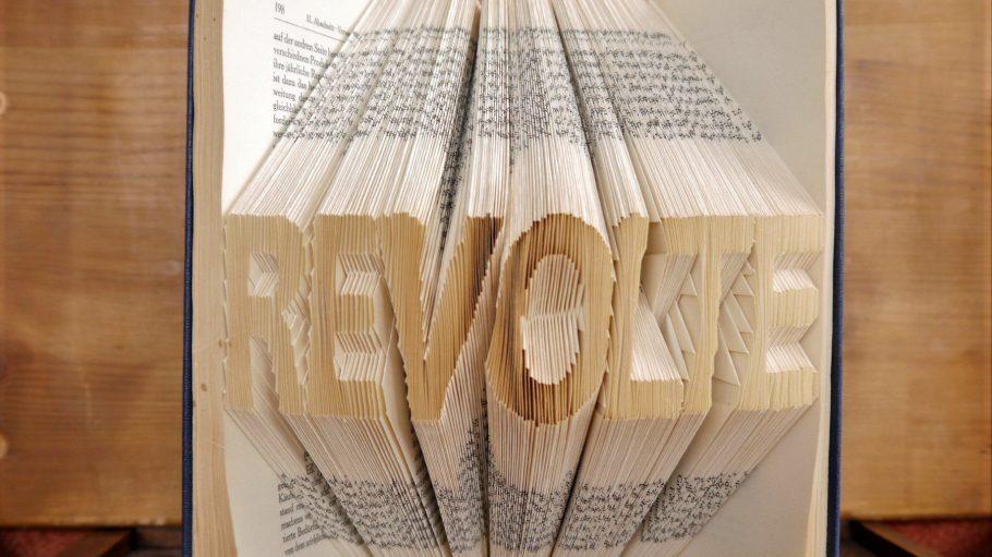 """Aus welchem Buch lässt sich wohl bestens """"Revolte"""" falten? Klar, aus """"Das Kapital"""" von Karl Marx..."""