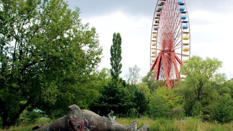 Rudimente eines Freizeitparks: Im Spreepark vergnügen sich Berliner jetzt nur noch auf geführten Touren. Jetzt neu auch mit Kunst.