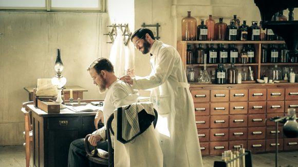 Robert Kochlässt sich als Selbstversuch Tuberkulin von Paul Ehrlich spritzen. ©ARD/Nik Konietzny