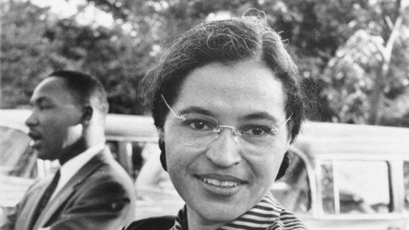 Durch ihren Mut wurde Rosa Parks zu einem Vorbild der Bürgerrechtsbewegung. Dieses Foto mit Martin Luther King im Hintergrund entstand um 1955.