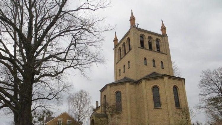 Die Kirche am Stölpchensee - Wahrzeichen eines reichen Kiezes.