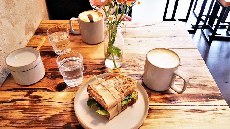 Yummie, ohne Verzicht: Der Latte Macchiato mit Hafermilch zur Stulle mit Mandelfrischkäse und Gemüse.