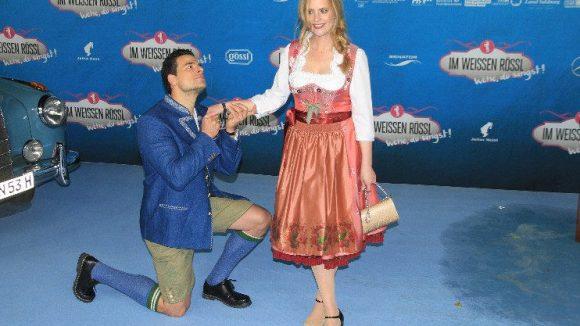 Fast so romantisch wie im Film: die Hauptdarsteller Tobias Licht (spielt Dr. Otto Siedler) und Diana Amft (als Ottilie Giesecke).