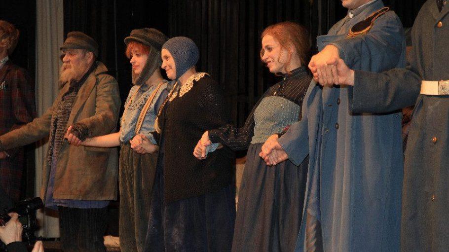 Katharina Thalbach (Mitte) feiert ihren 60. Geburtstag samt Familie auf der Bühne. Mit dabei: ihre Tochter Anna (rechts) und Enkelin Nellie (links).