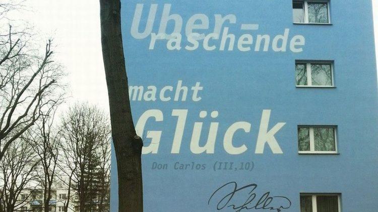 So sieht's auf der Schillerhöhe aus. Dieses Haus in der Weddinger Seestraße ziert ein Zitat vom Namensgeber persönlich.