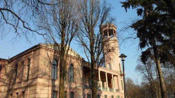Nachdem das Schloss Biesdorf 1945 ausgebrannt war, wurde es erst 2002 von außen denkmalgerecht restauriert.