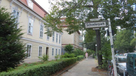 Das älteste Gebäude in Alt-Wilmersdorf ist das sogenannte Schoeler-Schlösschen von 1765. Benannt wurde es nach einem seiner zahlreichen Besitzer, dem Augenarzt Heinrich Schoeler, der das Anwesen mit großem Grundstück 1893 erwarb.