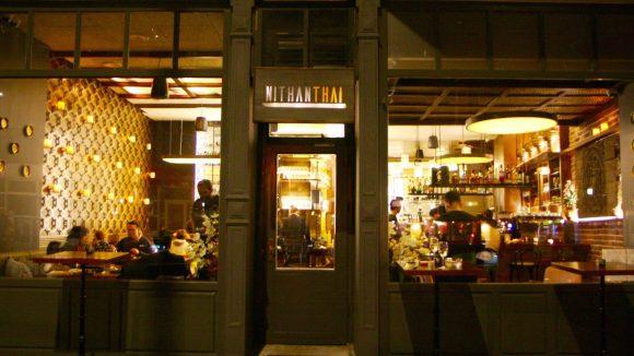 Schon von außen sieht das neue Lokal Nithan Thai sehr einladend aus. © Nithan Thai